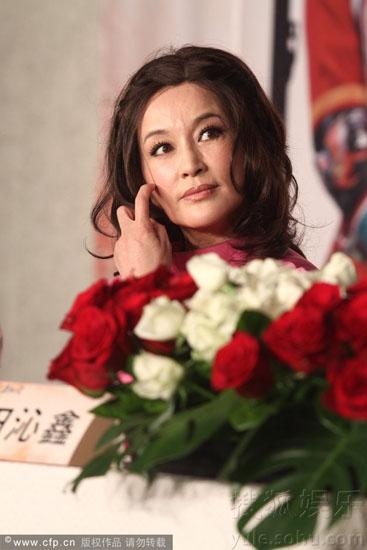 """Lưu Hiểu Khánh lâu nay bị nghi ngờ là nhờ đến phẫu thuật để giữ gìn nhan sắc. Tại sự kiện, nữ diễn viên phớt lờ trước những thông tin này., bà chỉ bày tỏ quan niệm bản thân về phẫu thuật: """""""