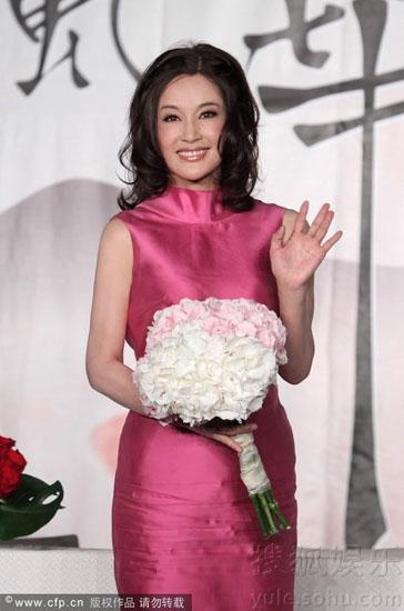 Ngày 27/8, Lưu Hieuer Khánh có mặt tỏng buổi họp báo do đoàn làm phim Phong hoa tuyệt đại tổ chức. Nữ diễn viên khiến hội trường trầm trồ vì vể tươi trẻ, dịu dàng nữ tính của bà.