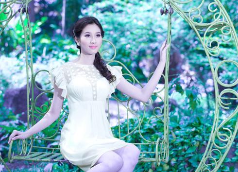 Trước khi cô đến với chung kết Hoa hậu Việt Nam 2012, nhà thiết kế Sơn Collection đã ấn tượng với vẻ đẹp nhẹ nhàng, đằm thắm của cô gái miền Tây Nam Bộ này. Anh quyết định chọn cô thể hiện bộ sưu tập thời trang mới của mình.