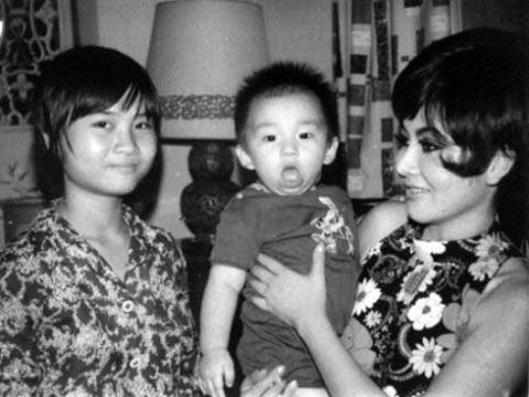 Thẩm Thúy Hằng và hai con.