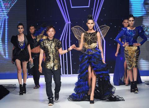 Nhà thiết kế trẻ Phạm Hữu Sang (trái) đoạt giải nhất với giá trị giải 100 triệu đồng và một chuyến đi tìm hiểu ngành thời trang tại Pháp.