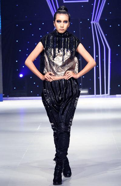 Với chất liệu len, sợi cotton, dây thừng và kim tuyến, nhà thiết kế trẻ tạo nên bộ sưu tập ấn tượng.