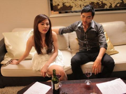 Vân Trang và Phương Ngọc đang tập thoại trước một cảnh quay.
