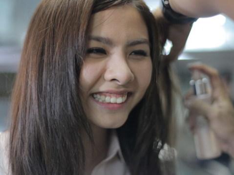 Nữ diễn viên nhí nhảnh trên trường quay trong lúc đang chờ làm tóc.