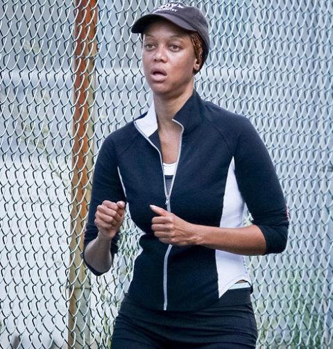 Mẹ đẻ chương trình America's Next Top Model khiến nhiều người không nhận ra khi để mặt mộc chạy bộ bên bờ sông Hudson, New York hôm 17/9.