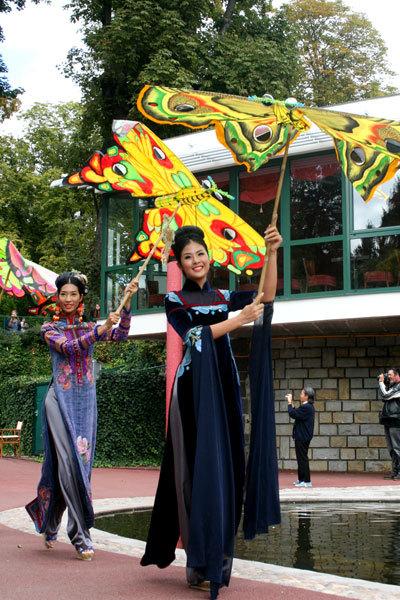 Hoa hậu Ngọc Hân cùng các chân dài khác trình diễn một số mẫu trang phục đặc biệt của Minh Hạnh Lễ hội quốc tế về dệt may tại Clermont-Ferrand, Pháp.