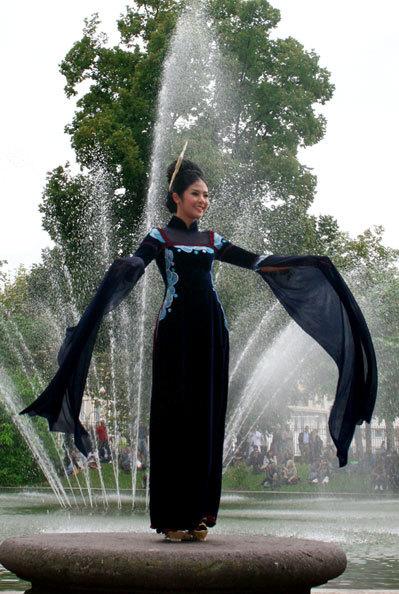 Trong không gian yên bình và lãng mạn vốn có của mùa thu nước Pháp, hoa hậu tung bay tà áo dài Việt thu hút sự chú ý của quan khách.