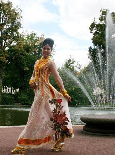 Người đẹp sải bước xung quang khuôn viên rộng lớn của công viên Lecoq.