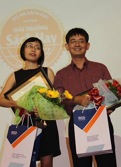 Dịch giả cuốn 'Chuyện con mèo dạy hải âu bay' (trái) và đại diện công ty Nhã Nam lên nhận giải ở hạng mục sách văn học dịch dành cho thiếu nhi.