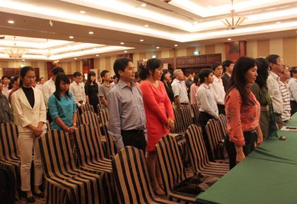 Cử tọa cùng đứng lên dành một phút mặc niệm nhà văn Phùng Quán.