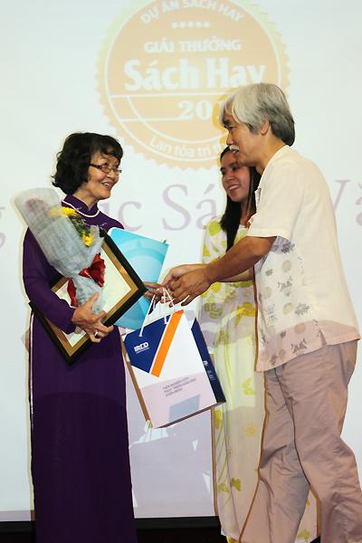 Vợ cố nhà văn Nguyễn Mộng Giác (trái) lên sân khấu nhận giải thưởng thay chồng.