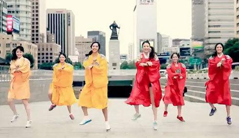 Thí sinh Hoa hậu Hàn Quốc 2012 nhảy điệu Gangnam Style. Ảnh: Korea Times.