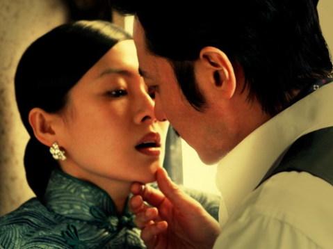 Chương Tử Di và Jang Dong-gun trao nhau nụ hôn nồng nàn trong