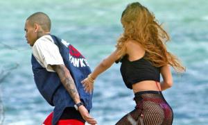 Rihanna khêu gợi bên Chris Brown