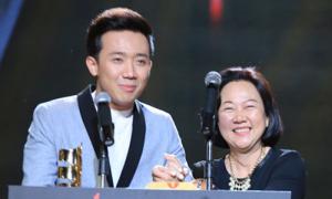 Trấn Thành ôm mẹ khóc khi nhận giải thưởng