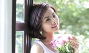 Vân Trang khoe nhan sắc bên hoa