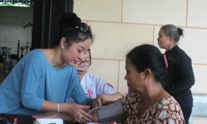 Thúy Nga tham gia đoàn khám bệnh cho người nghèo