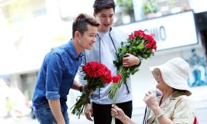 Thuận Việt xuống phố tặng hoa phụ nữ