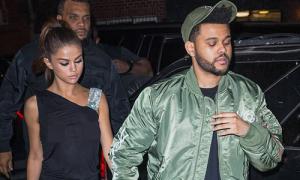 Selena Gomez diện váy mỏng đi ăn tối cùng bạn trai