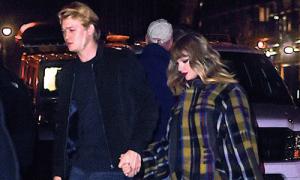 Taylor Swift công khai nắm tay 'người tình trong bóng tối'