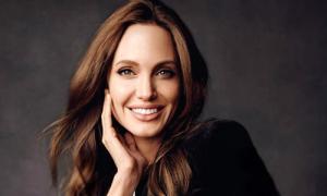 Angelina Jolie đưa hai con tới Anh