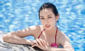 Người đẹp Hoa hậu Việt Nam diện bikini giữa biển trời Quy Nhơn