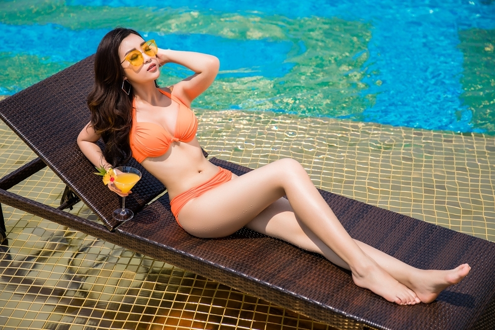 Hoa hậu Mỹ Linh và hai á hậu mặc bikini bên bể bơi dát vàng ...