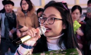 Phương Mỹ Chi hát ở lề đường Đà Lạt để gây quỹ từ thiện