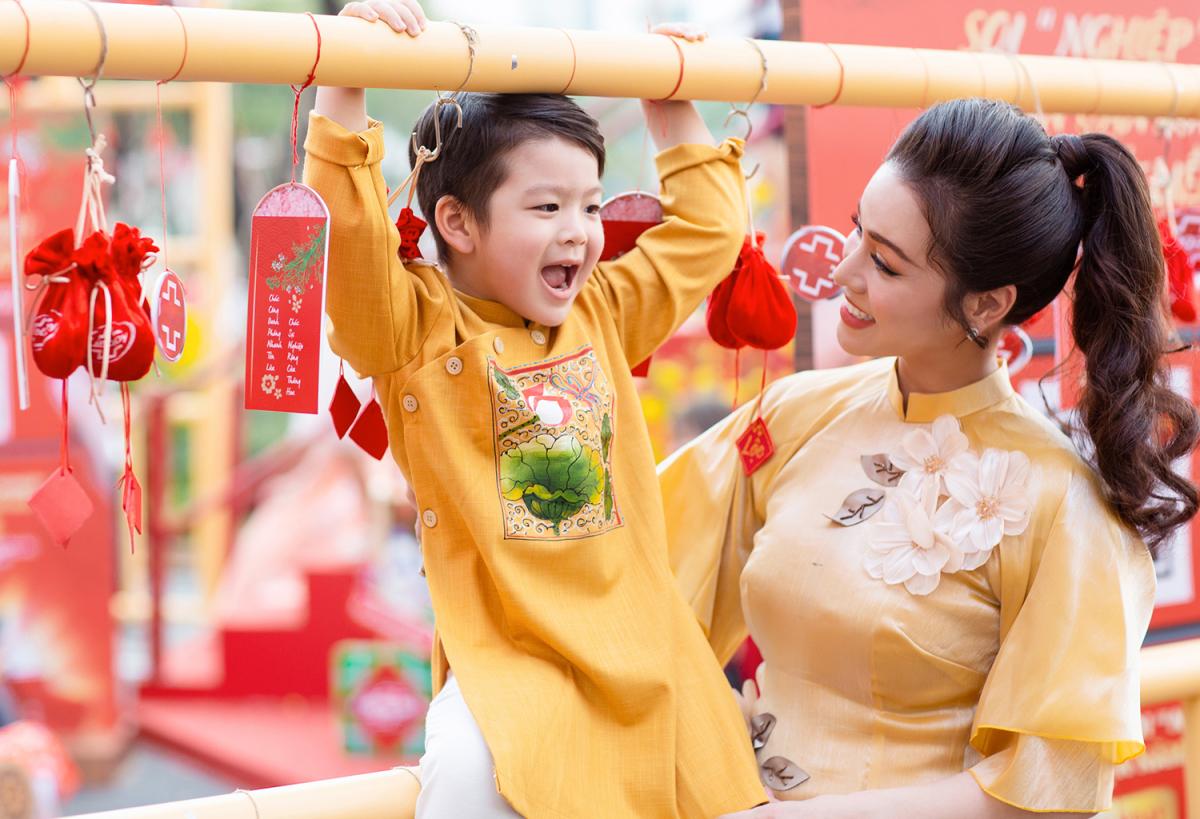 Nhật Kim Anh đưa con đi chơi Tết - VnExpress Giải trí