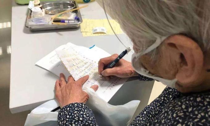 Nhật ký Vũ Hán: Người mẹ 90 tuổi chăm con