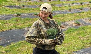 Bella Hadid xới đất làm vườn