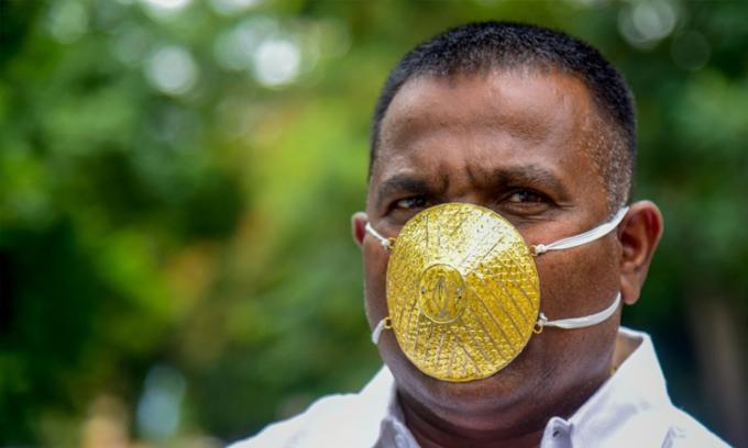 Người đàn ông Ấn Độ đeo khẩu trang bằng vàng