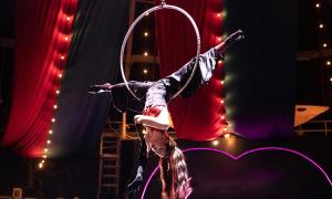 Chi Pu đu dây, nhào lộn trên sân khấu