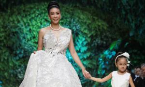Hà Kiều Anh cùng con gái catwalk