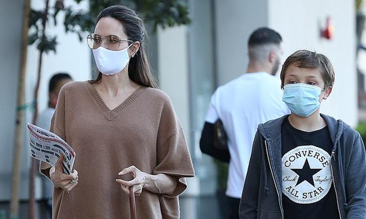 Angelina Jolie đi chơi cùng con trai