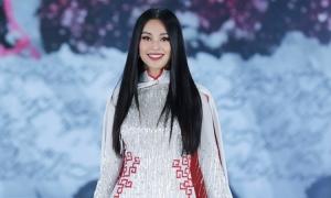 Tiểu Vy diễn áo dài cảm hứng từ bóng đá Việt Nam