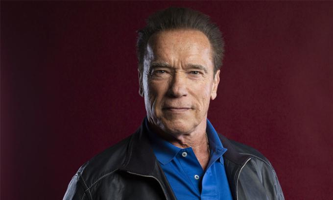 Arnold Schwarzenegger tiêm vaccine Covid-19