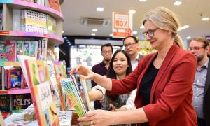 Đại sứ Thụy Điển thăm nhà sách