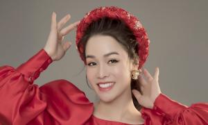 Nhật Kim Anh diện áo dài đơn sắc