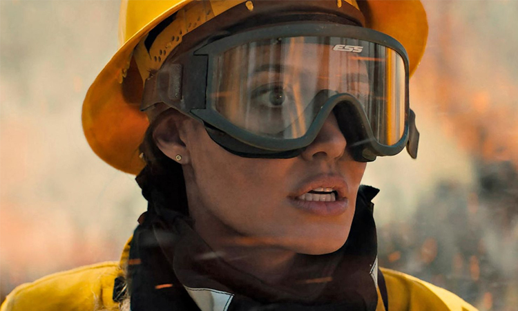 Angelina Jolie đóng lính cứu hỏa