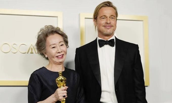 Youn Yuh Jung thích thú khi gặp Brad Pitt
