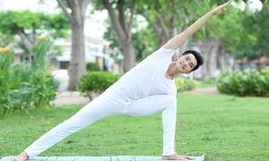 Nguyễn Phi Hùng uống nước chanh, tập yoga giữ dáng