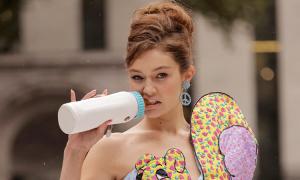 Gigi Hadid catwalk với bình sữa