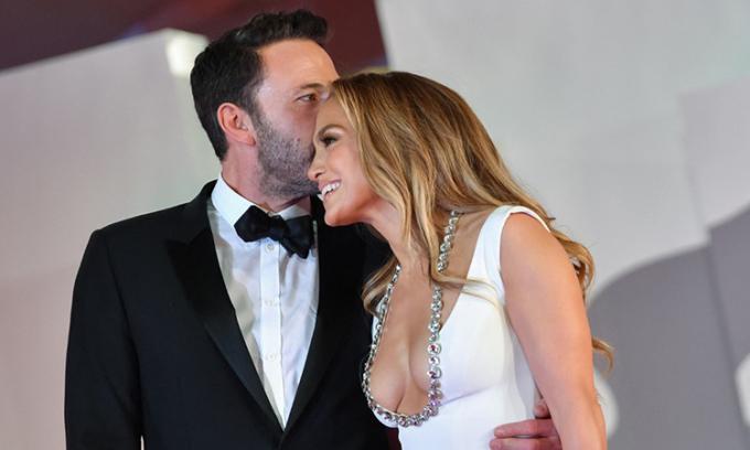 Ben Affleck hôn Jennifer Lopez trên thảm đỏ