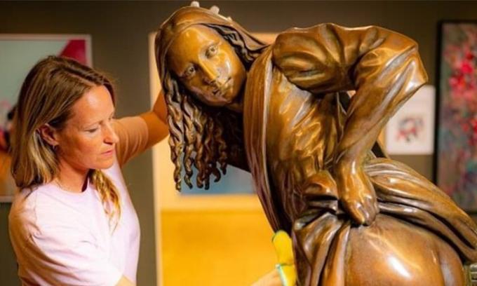 Tượng Mona Lisa vén váy gây tranh cãi