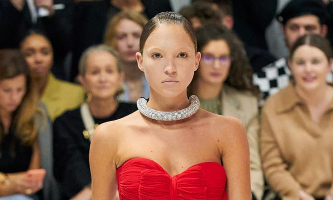 Con gái Kate Moss catwalk với lông mày trắng xóa