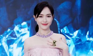 Váy áo 'ăn gian tuổi' của Đường Yên