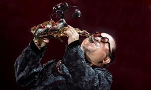 Trần Mạnh Tuấn luyện thổi saxophone