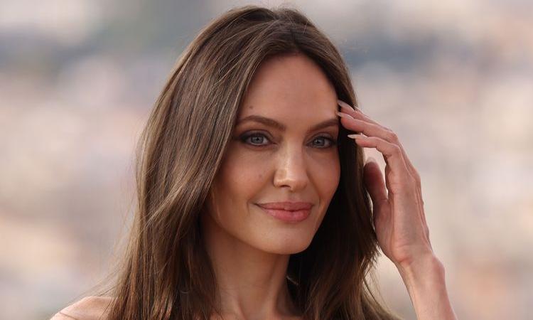 Angelina Jolie tránh nhắc về The Weeknd